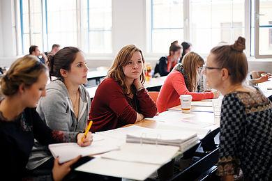 Studentinnen im Gespräch mit einer Professorin